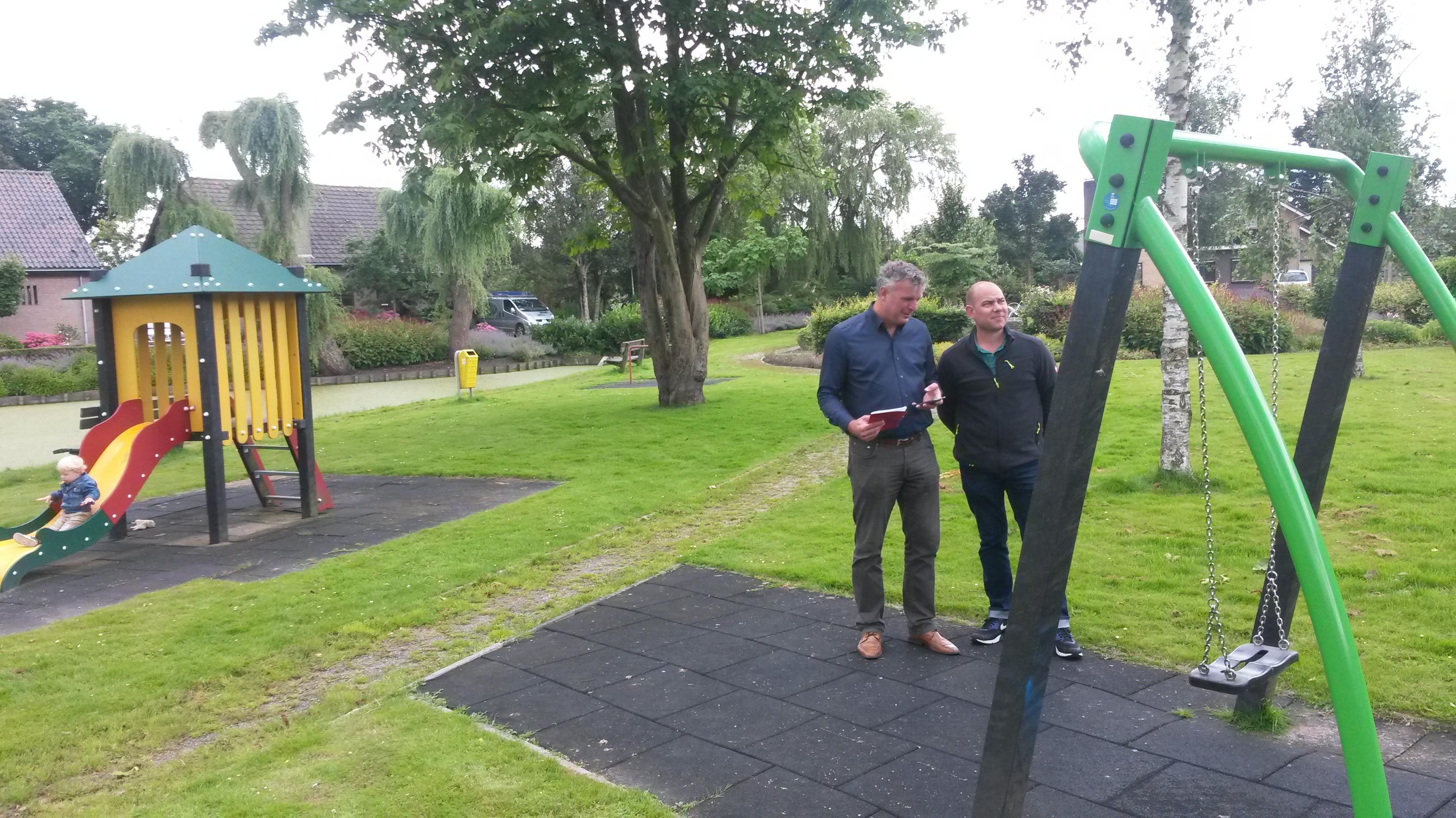 Marco de Goede en Vincent Verbeek op de speelplaats Beelaertspark
