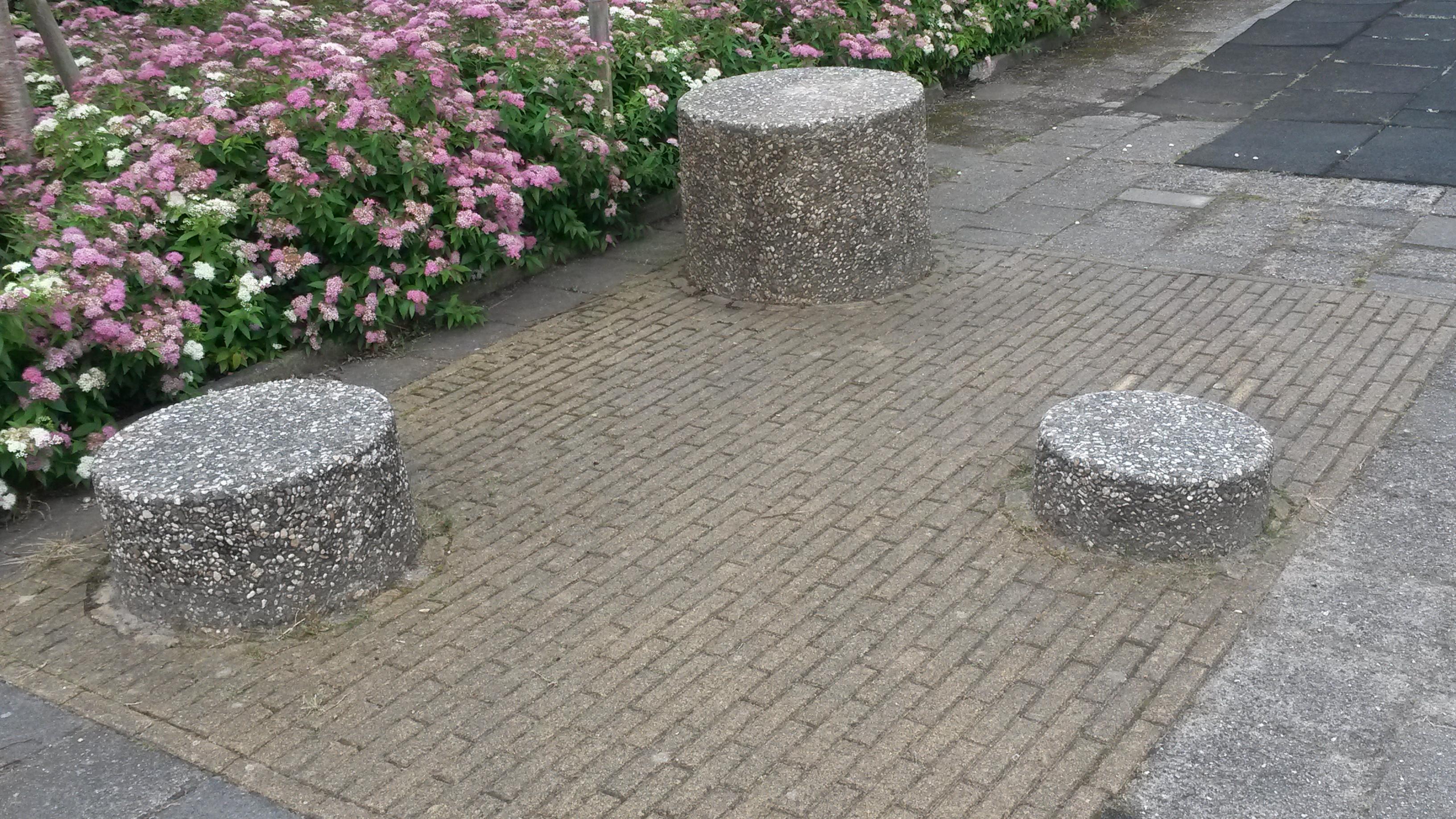Drie betonnen 'poefen' vormen formeel al een speelplek